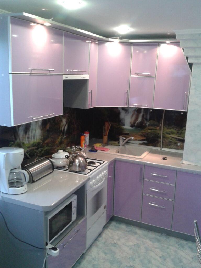 Кухня пластик в алюминии в частном доме с фотопечатью