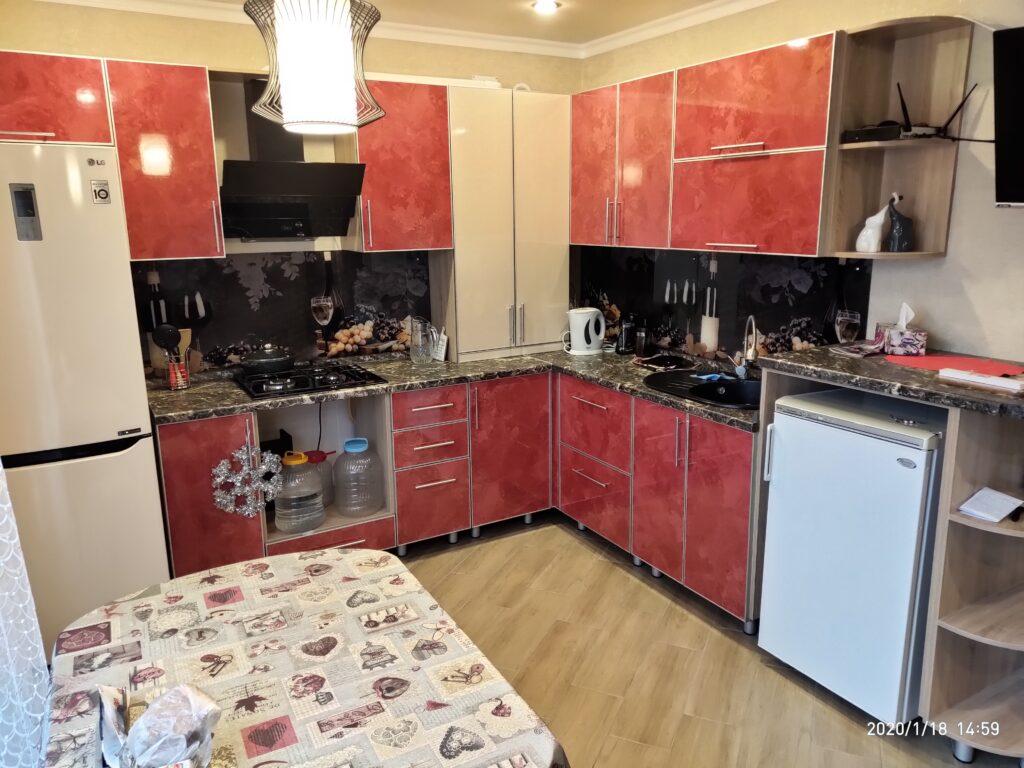 Угловая кухня со скрытым котлом и морозильной камерой