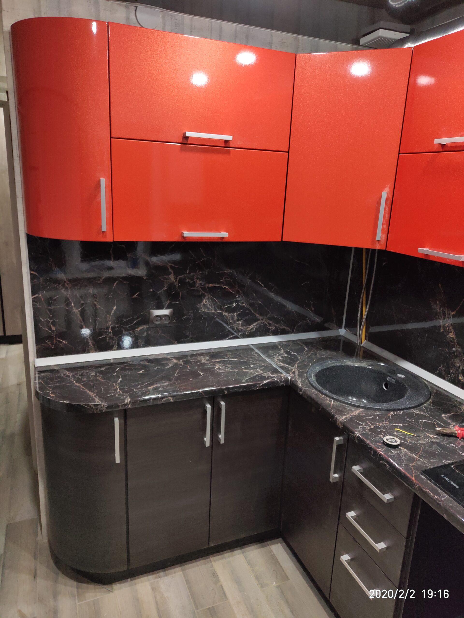 Фото Яркая компактная кухня с гнутыми дверцами