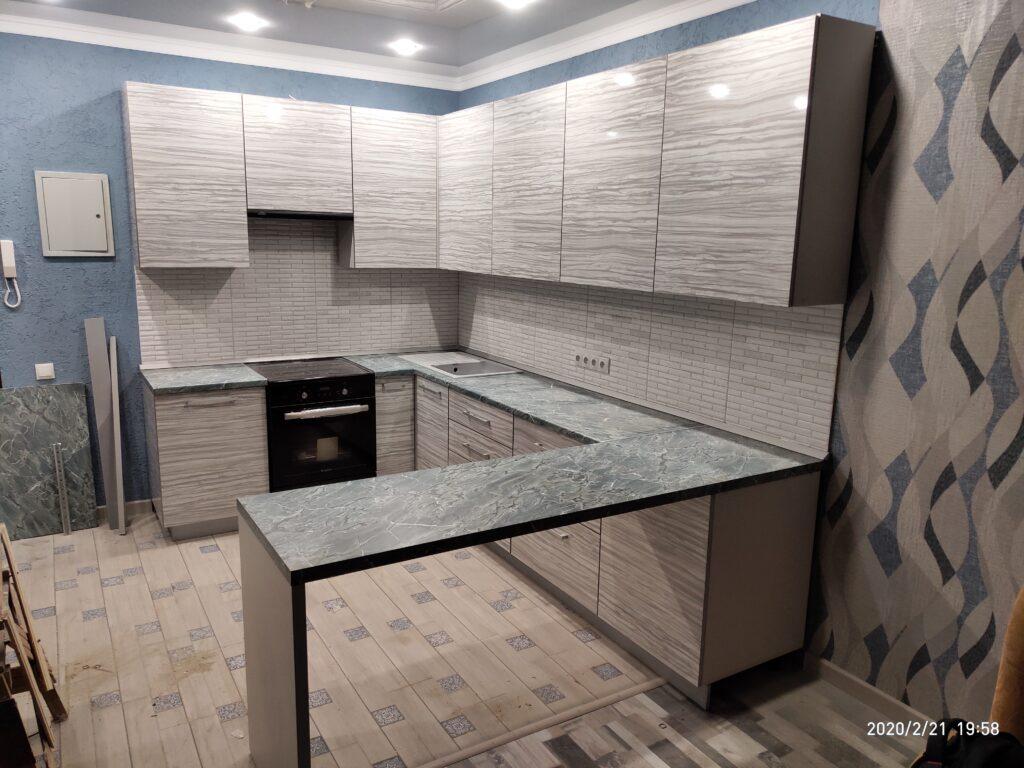 Угловая кухня с шкафом