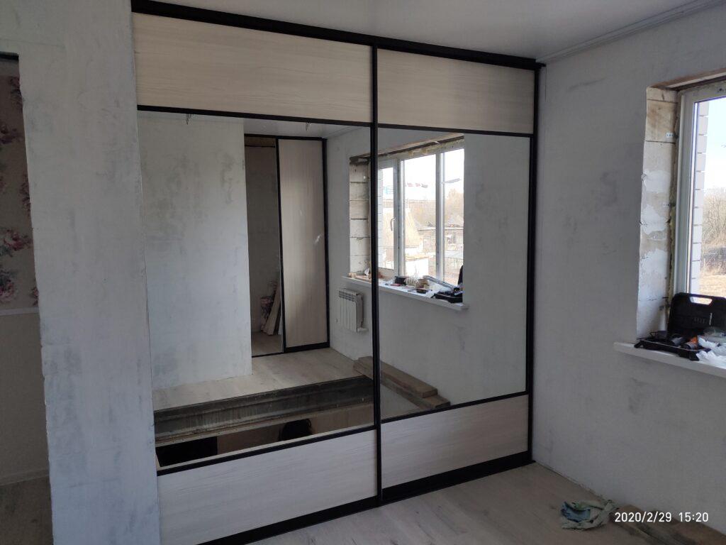 Шкаф-купе в зеркальными дверьми