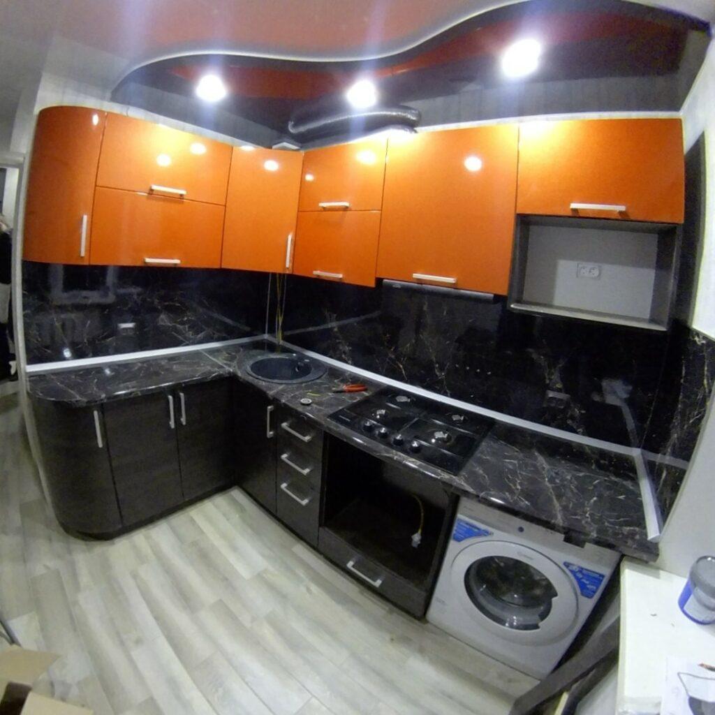 Яркая компактная кухня с гнутыми дверцами