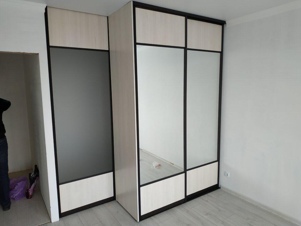 Встроенный шкаф-купе с дополнительной секцией