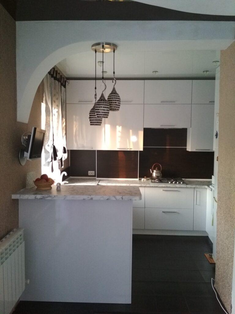 Белая кухня с дополнительной рабочей зоной