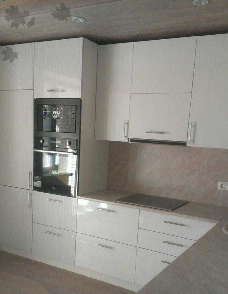 Белая кухня со встроенной техникой