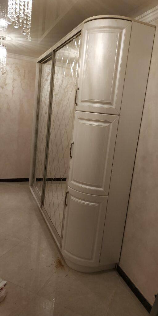 Белый шкаф-купе с закругленным углом