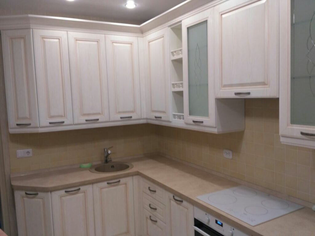Белая угловая кухня со светлой столешницей