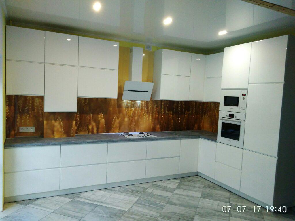 Белая кухня с оригинальным фартуком