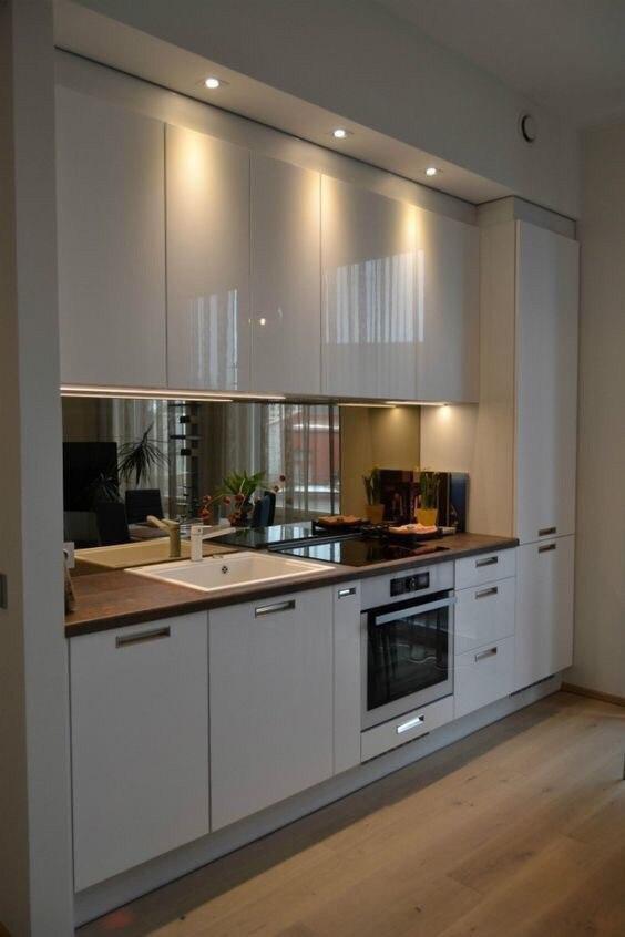 Белая глянцевая кухня под потолок