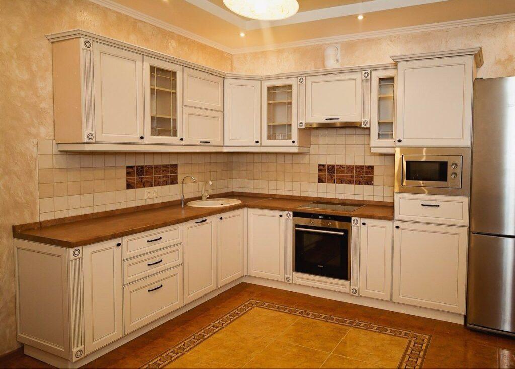Угловая кухня с белыми фасадами