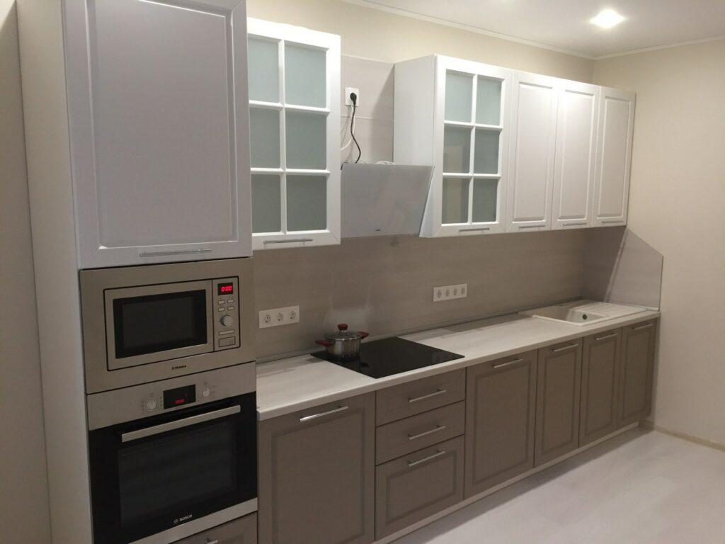Светлая кухня со встроенной техникой