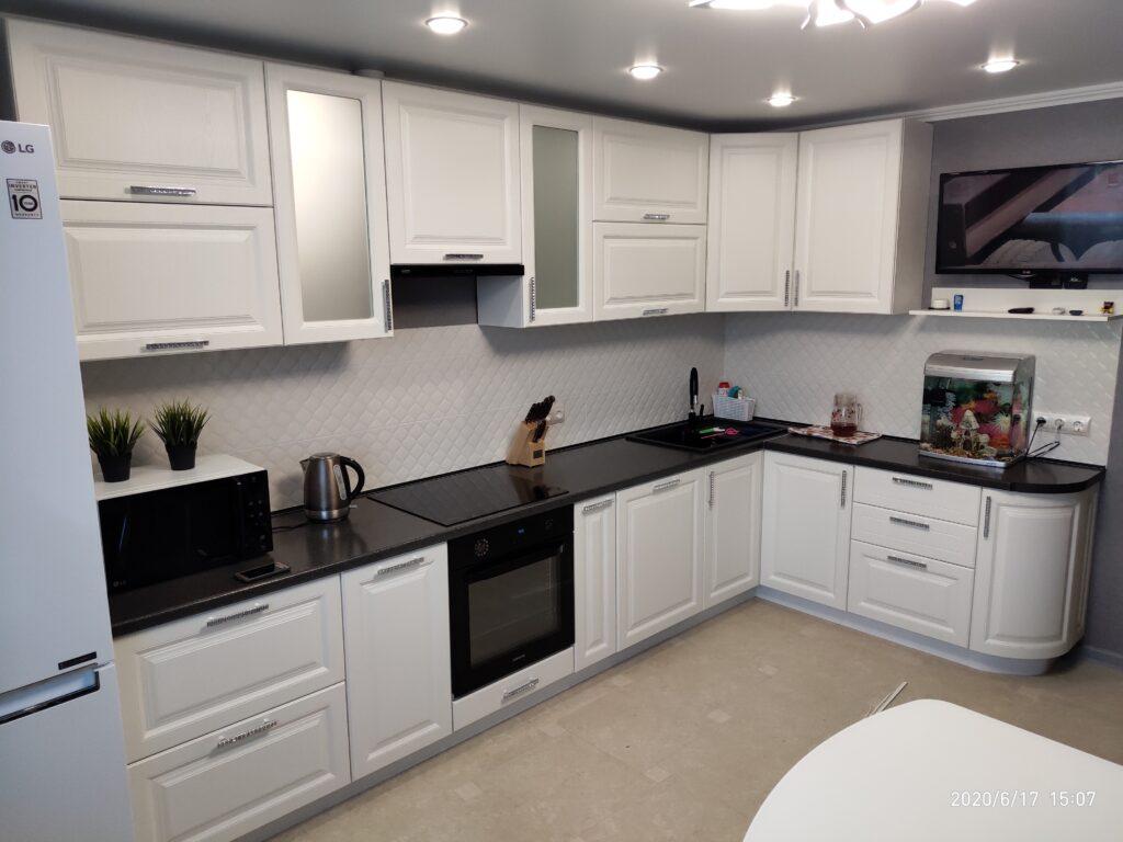 Белая кухня в классическом стиле с тёмной столешницей