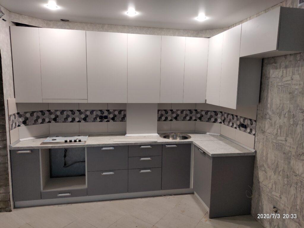 Кухня в серых тонах со скрытым котлом и трубами
