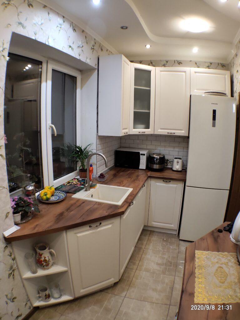 Белая кухня со встроенным подоконником