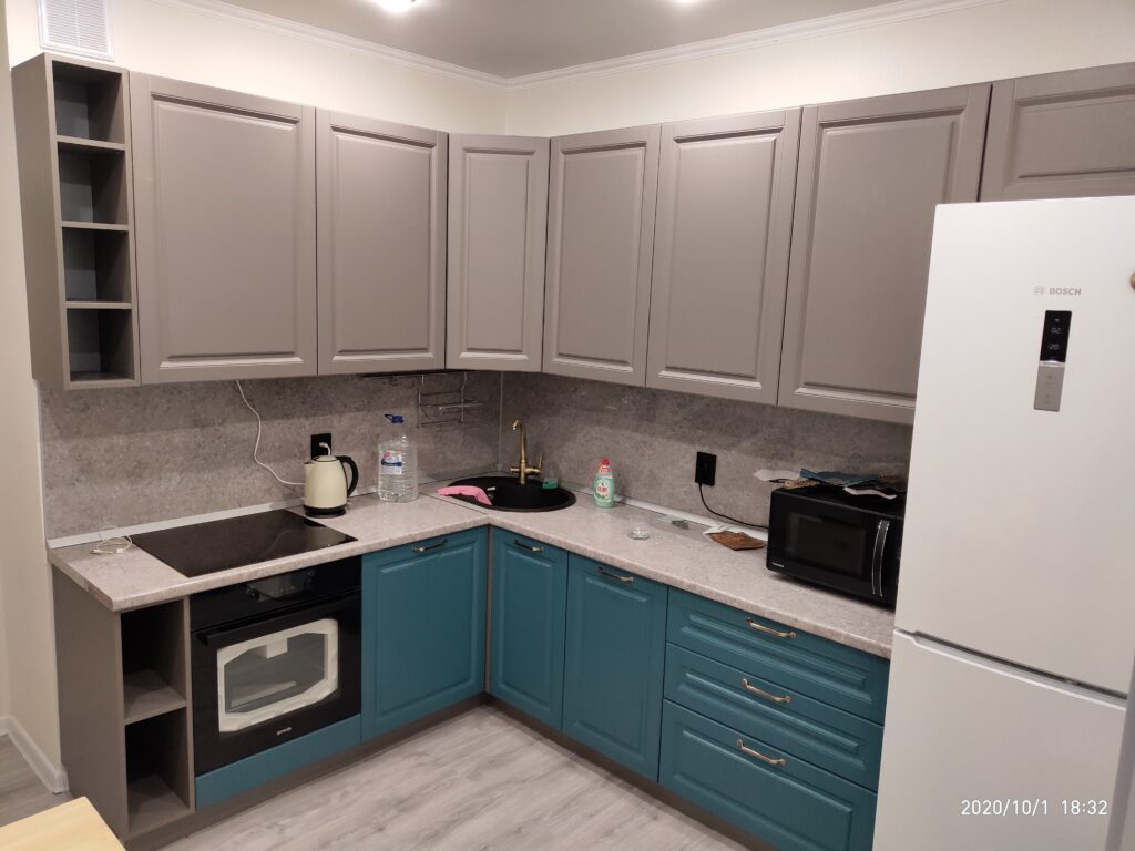 Кухня кофейно- бирюзового цвета в классическом стиле