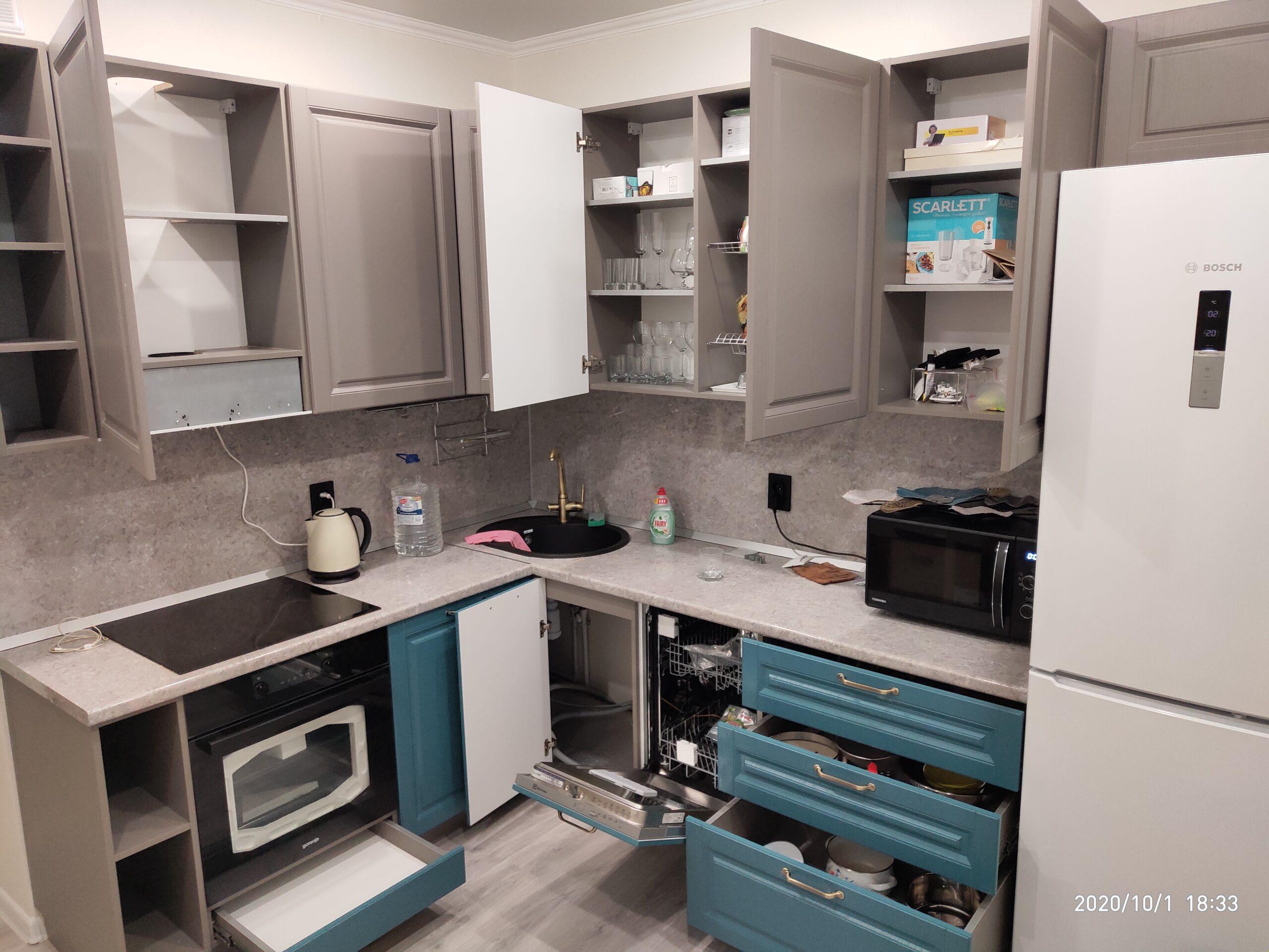 Фото Кухня кофейно- бирюзового цвета в классическом стиле