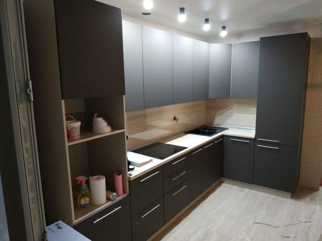Кухня в матовой плёнке шоколадного цвета со встроенным холодильником