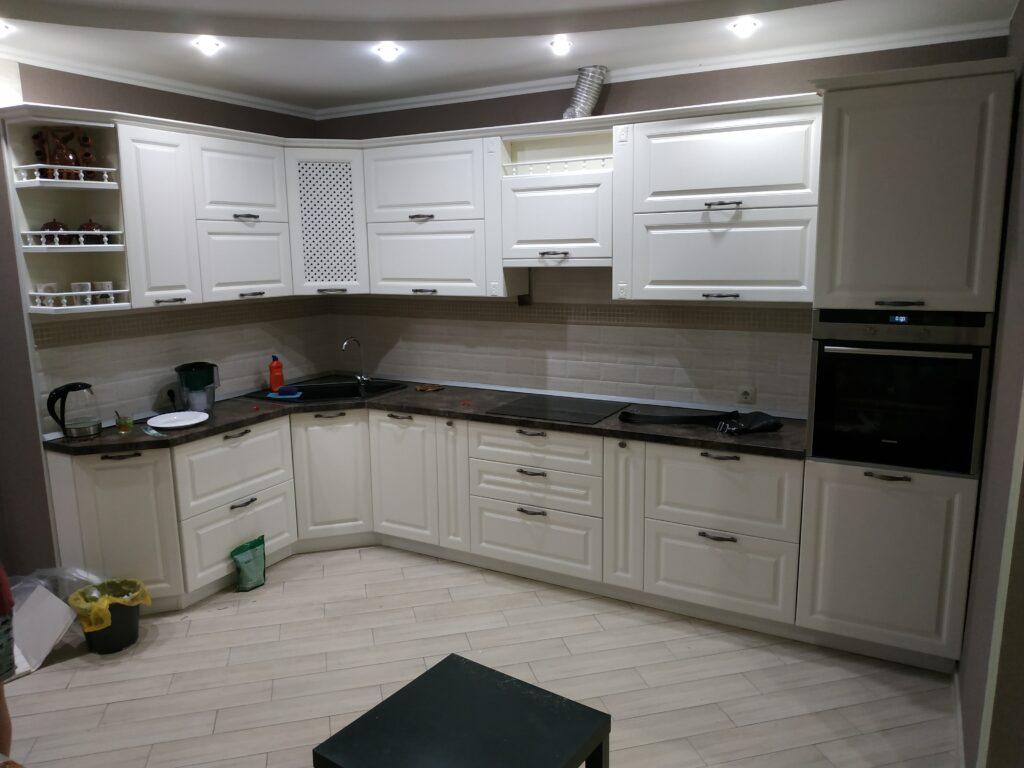 Белая кухня в классическом стиле с декоративными элементами