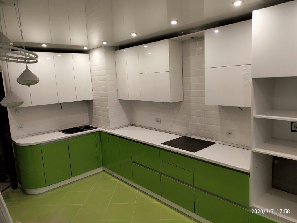 Кухня без ручек с глянцевым зелёным и белым цветом