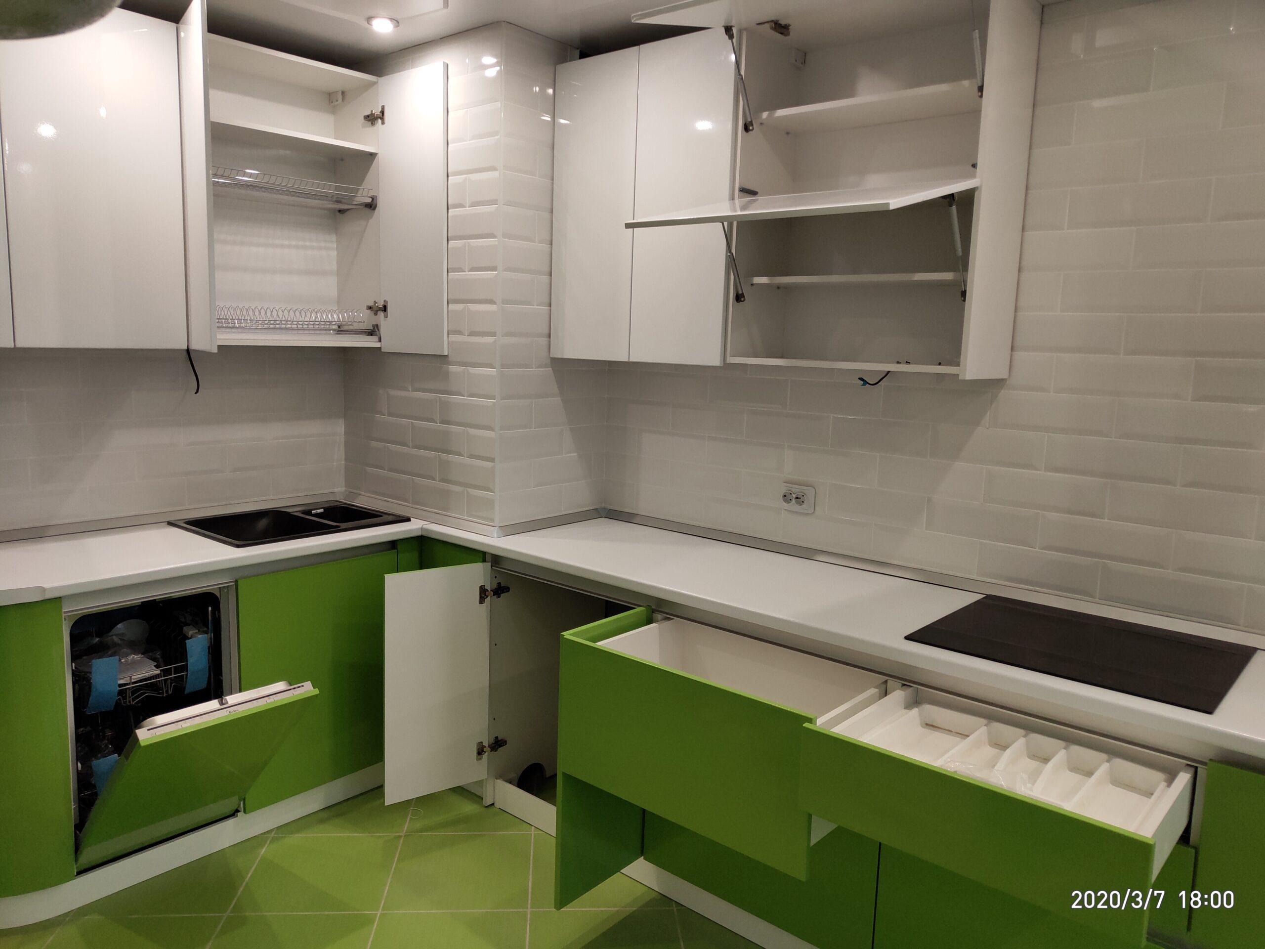Фото Кухня без ручек с глянцевым зелёным и белым цветом