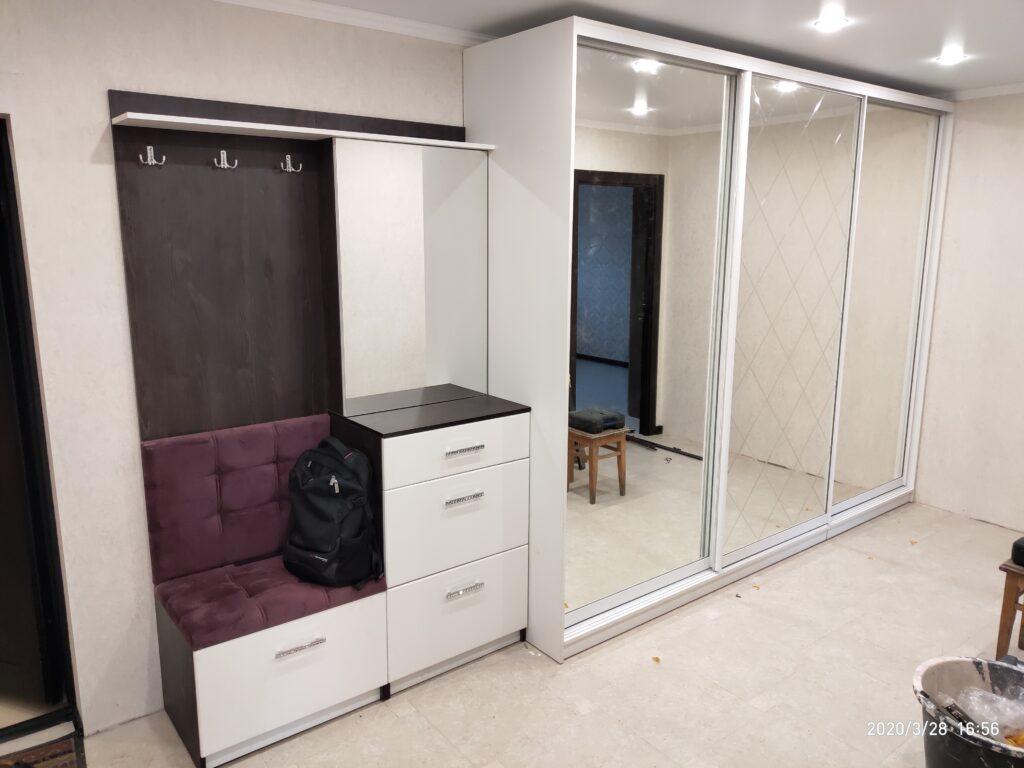 Белый шкаф-купе в прихожую с мягким сидением и крючками