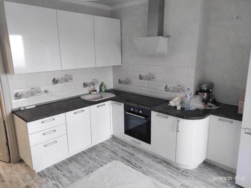 Белая глянцевая кухня с тёмной столешницей