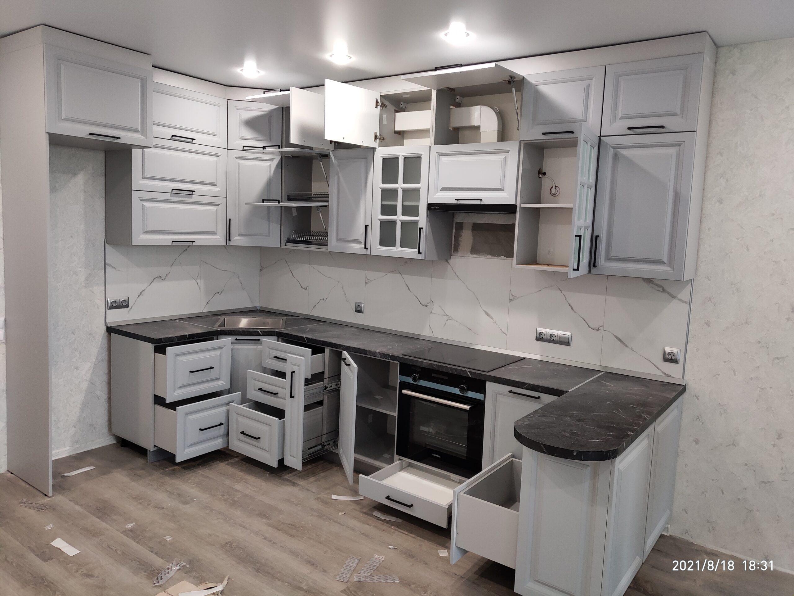 Фото Серая кухня в классическом стиле